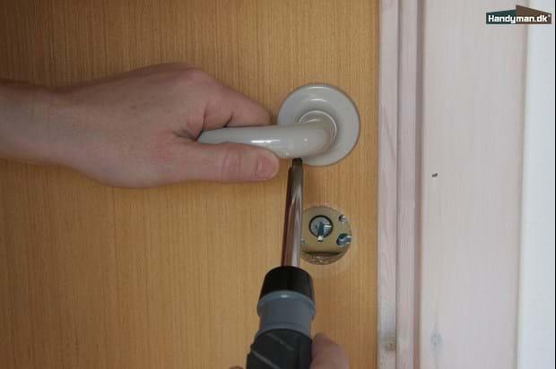 Utroligt Afmonter de gamle dørhåndtag | Giv celledøren en opfriskning TT77